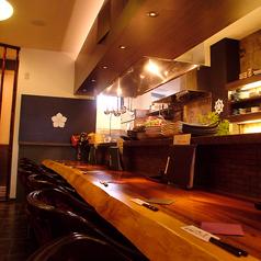 ゆったり座れる大きめのカウンター席。目の前で出来上がるお料理や、料理長との会話も楽しめる特別な空間♪現在、ソーシャルディスタンス対応のため、座席数を減らしております。