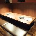 机が広いためお皿を乗せながらもゆったりとお食事が楽しめます。人数に合わせた個室や半個室もご用意しています。