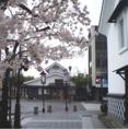 鶴ヶ城の眼下、平成21年5月に「蕎麦 香寿庵」を開店いたしました。桜の季節は満開の桜がご覧いただけます。