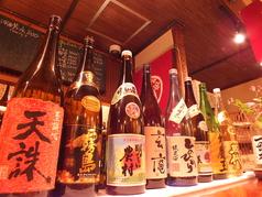 カウンター席には人気の焼酎や日本酒がずらり!!