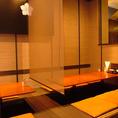 幕末時代をイメージしたレトロな個室は6名席が2つ。個室をまるごと使って最大12名様まで宴会できます。現在ソーシャルディスタンス対応のため、座席数を減らしております。