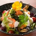 料理メニュー写真シーフードいっぱいのサラダ