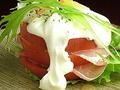 料理メニュー写真生ハムとトマトのミルフィーユ