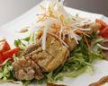 料理メニュー写真鶏モモの唐揚げ「わさび風味のスパイスソースがけ」