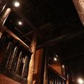 吹き抜けの高い天井の店内には、中二階のお席もあります。