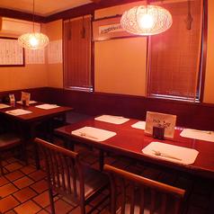 落ち着いた雰囲気のテーブル席。ゆっくりと大人の串焼きを堪能いただけるお席をご用意致します。宴会や会社帰りの飲み会にぴったり。