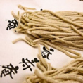 福島県オリジナル新品種「会津のかおり」を使用した十割蕎麦。日頃からのご要望にお応えしてご自宅でもお楽しみ頂けます。更科そば5人前2000円、香寿庵そばつゆ1本680円となっております。※生そばの持ち帰りは冬季期間のみ