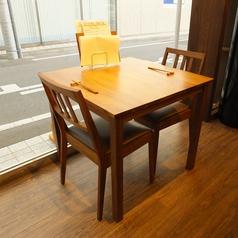 2名様向けのテーブル席。ランチタイムは明るい日差しが差し込みます。
