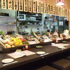 1名様~、小人数でのお食事に、当日入荷の新鮮な食材が並んでいます。