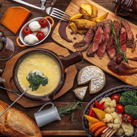 秋葉原駅直結★チーズ・肉を楽しむバル!牛・仔羊・鴨・チキン…と豊富な肉メニュー