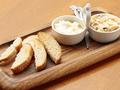 料理メニュー写真クリームチーズの盛り合わせバケット添え