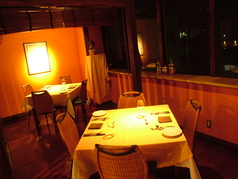 ムーディーな雰囲気のテーブル席はデートにも最適です。