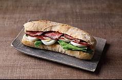 田舎風フランスパンのローストビーフカスクートサンドイッチ