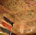 天井にはお客様からの寄せ書き、壁には名刺を貼れます♪たくさんのお客様にお越しいただいています!いつもありがとうございます!