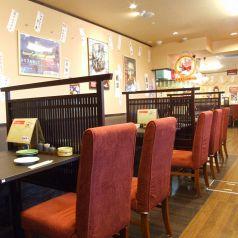 少人数でのお食事、ランチにも。席ごとに仕切りを設置。落ち着いた空間でお食事して頂けます。