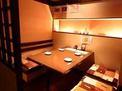 個室のテーブル席は接待やカップルなどにも最適です。ゆっくりお話しができます!
