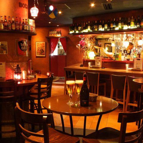 こんな可愛いカップルシートもご用意しています。美味しい自家製サングリア+厳選赤白ワインで乾杯!!音楽とお酒 が 楽しく飲めるお店です。 料理も 旬の牡蠣 国産牛グリル イベリコ豚のガーリックパエリア 地ハマグリ毎朝 築地から厳選素材をご用意しています。