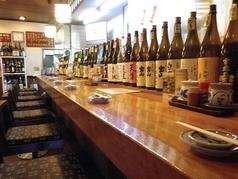 お酒がずらりと並んだカウンター席。