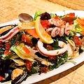 料理メニュー写真漁師さんの魚介たっぷり海鮮サラダ