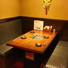 少人数様からご利用頂けるテーブル席をご用意しております。夫婦や家族でのお食事はもちろん、女子会や小規模宴会にも最適です。また、通常テーブル席としてご利用いただいてますが16名様以上24名様迄でご要望により個室としてご利用頂けます。