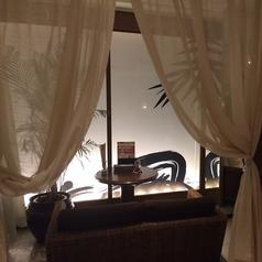 アジアン半個室にはカップルシートもご用意♪キャンドルの灯りで幻想的な空間