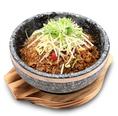 【人気NO.2の石鍋メニューのご紹介】石鍋牛肉炒飯⇒石鍋だから香ばしく仕上げられる。焦がしておこげが絶品!