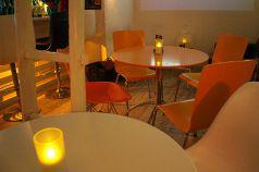 円形テーブル オレンジ