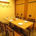 【6番、8番の個室】木目調のデザインでホッと落ち着く個室。横の個室と繋げることも可能♪
