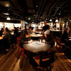 【テーブル席:2~6名様まで】ワンフロア一面に広がる店内には100席以上のお席がございます。ゆったりと落ち着いた空間で絶品焼肉をご堪能ください。