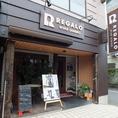JR国立駅北口をまっすぐ歩くと見えてくる、木彫の外観が当店です!