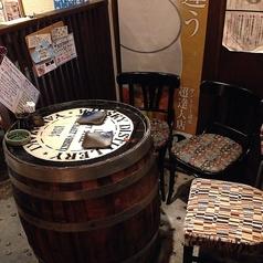 店内すぐにある通称『樽席』隠れファンが多いこのお席は梅酒棚を眺めながらお食事を召し上がっていただくことができます!