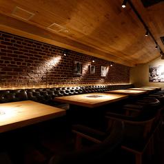 【テーブル席:2~4名様まで】ダウンライトがお洒落で落ち着いたラグジュアリー空間を演出。SNS映えもバッチリな店内では、会社宴会や貸切宴会等も承っております♪