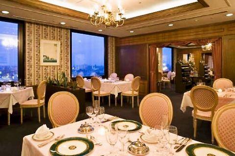ホテル最上階からのロマンチックな夜景を一望しながら美味しい料理とお酒が楽しめる。
