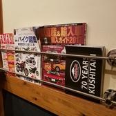 入口すぐの棚には雑誌もあり!ランチやサク飲みにお一人様も大歓迎です!!