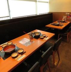 6名までOKのテーブル席。少人数の宴会や、女子会などに最適。席の間隔も広々しているので、周りを気にせずゆったりお過ごしいただけます。