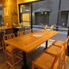 入口側のテーブルは6名様までOK!