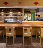 2名での来店が人気◆デートや記念日に。料理人の手さばきが見えるカウンター席です。