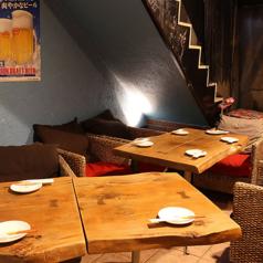 開放感溢れる半テラスにテーブル席をご用意。ゆったりとした籐の椅子はリラックスムードたっぷり。心ゆくまでお寛ぎください。