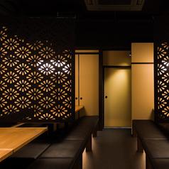 【半個室掘りごたつ席/3~5名様】足を下ろしてくつろげる掘りごたつ席も人気。京都散策を楽しまれた後にも、当店でゆっくりとお寛ぎくださいませ。仕切りも立てればプライベートな空間を作ることもでき、安心してお食事を楽しみいただけます。ご宴会などにもご利用可能です。【3~5名×1卓、3~4名×3卓】