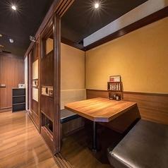 1名様~2名様のテーブル個室を完備しております。扉つきで4名様まで使用できる個室のソファー席です。デートやご友人とのお食事・接待などにもおすすめのお席です。周りを気にせず、プライベート空間をお楽しみください。