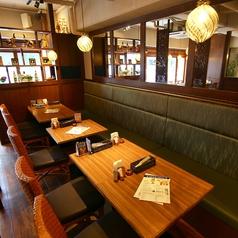 【広々としたテーブル席】団体様でのご予約も大歓迎!誰もがくつろげる、落ち着いた大人の空間をご用意。優雅な宴をお過ご頂けます。