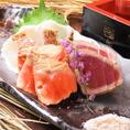お酒のお供におすすめの酒肴も豊富にご用意!一押しは「鮮魚の藁炙り焼きタタキ3種盛り」です。素材の味を引き立てる自慢の藁焼き!口に入れた瞬間、旨さが口いっぱいに広がります。その他にも「つぶ貝のわさびつけ」もおすすめ!コリコリとした食感とわさびが効いた、やみつきになる逸品です。
