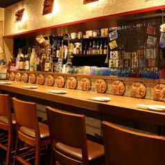 ボトルがズラリと並んだカウンター席。少人数やデートの他1名様でのご利用にも最適です。スタッフと会話を楽しみながら自慢の沖縄料理をお楽しみください。