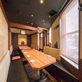 隣同士の4名様用個室2席の間のパーテーションを外して、最大10名様の一つのお部屋にすることができます。