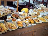 カフェの隣では出来立てパンの販売♪