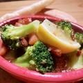 料理メニュー写真生ハムと山盛りブロッコリーのアヒージョ