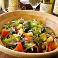 料理メニュー写真アボカドと16種類のグリーンサラダ