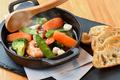 料理メニュー写真季節野菜と魚介のアヒージョ