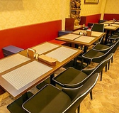 広々としたテーブル席。グループでのご利用やもちろんおひとり様でもご利用頂けます。