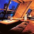 新宿の夜景を一望できる、デートなどにもおススメの夜景の見えるお席や接待にも人気の落ち着いた和空間の完全個室など、各種シーンによってお使いいただけるお席、個室を完備しております。新宿駅から徒歩1分とアクセスも抜群。忘年会におススメな30名様までご利用可能のテーブル席完全個室も人気の個室となっております。